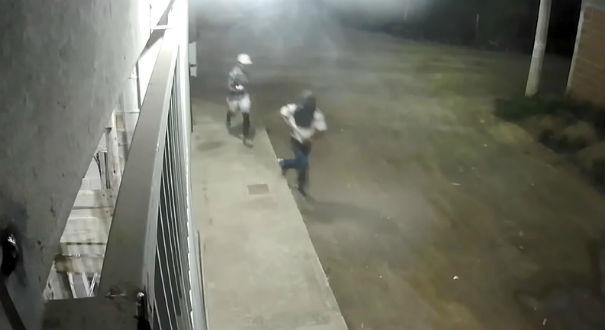 Nas imagens é possível ver os dois criminosos fugindo após o crime