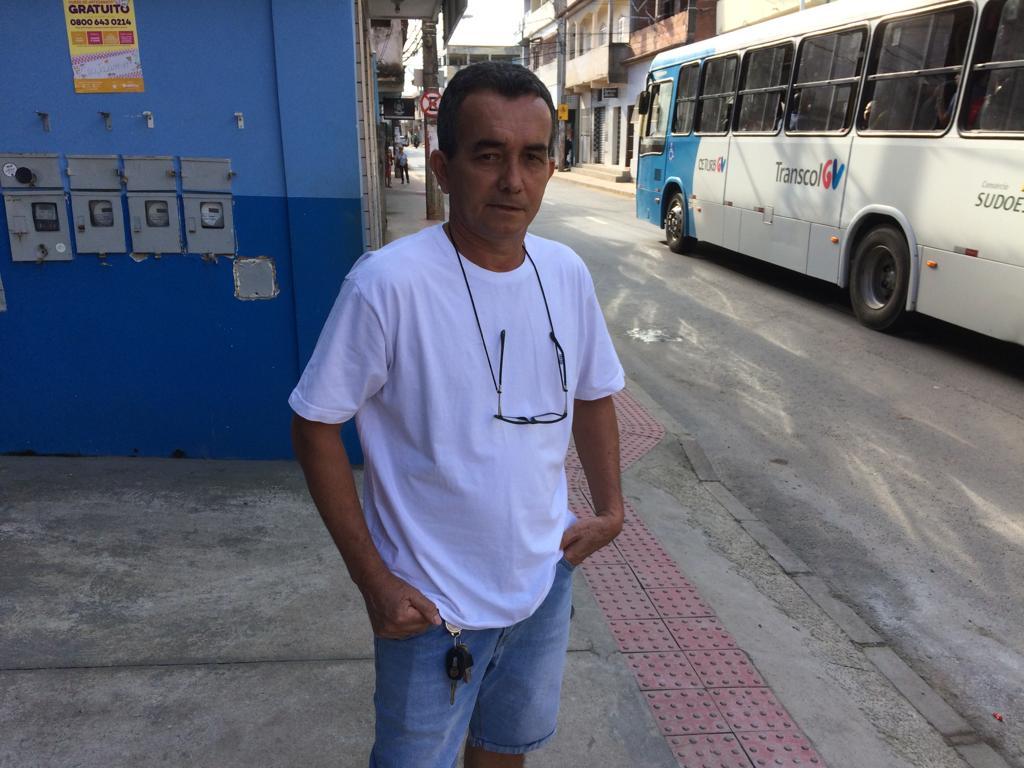 O comerciante Paulo Inácio da Silva tem uma loja na rua São Jorge e diz ainda vê carretas passando no local e pede mais fiscalização para combater o problema. Crédito: Eduardo Dias