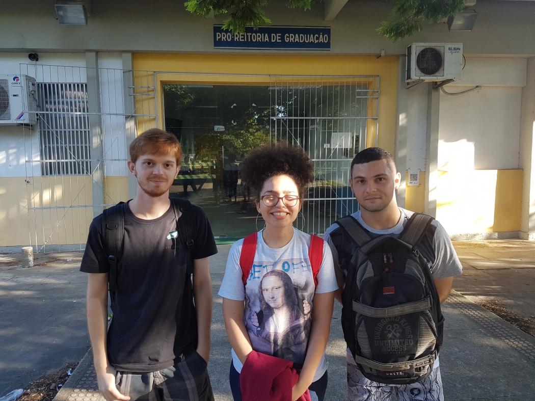 A estudante de química Rebeca Cozer entre os colegas Bruno e Vitor. Foram os únicos a comparecer às aulas da turma na tarde desta quarta-feira. Crédito: José Carlos Schaeffer