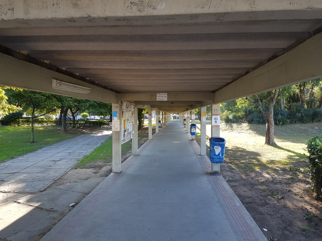 Corredores de acesso às salas de aulas do campus de Goiabeiras, em Vitória, esteve praticamente vazio por toda esta quarta-feira (19). Crédito: José Carlos Schaeffer