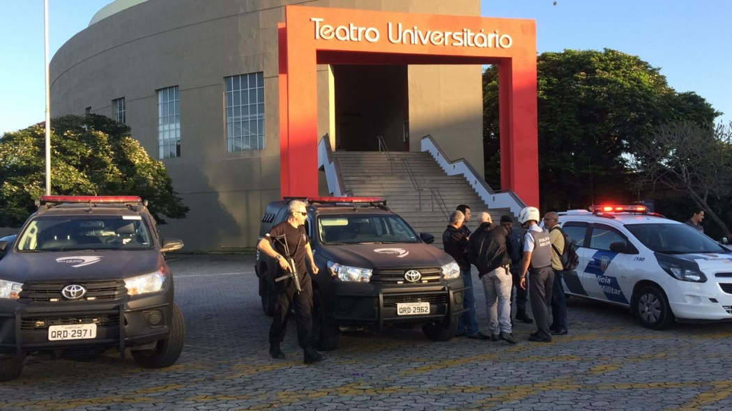 Viaturas em frente ao Teatro da Universitário nesta quarta-feira (19). Crédito: Eduardo Dias