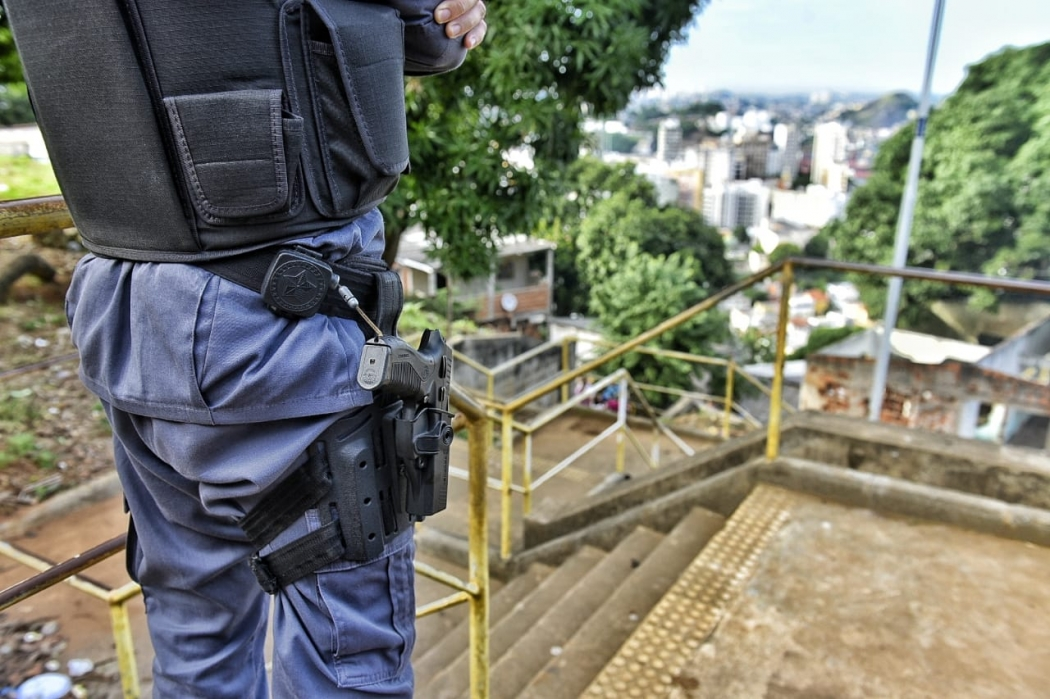 Policial fazendo patrulhamento na região onde as casas foram incendiadas, no Morro da Piedade, em Vitória. Crédito: Fernando Madeira