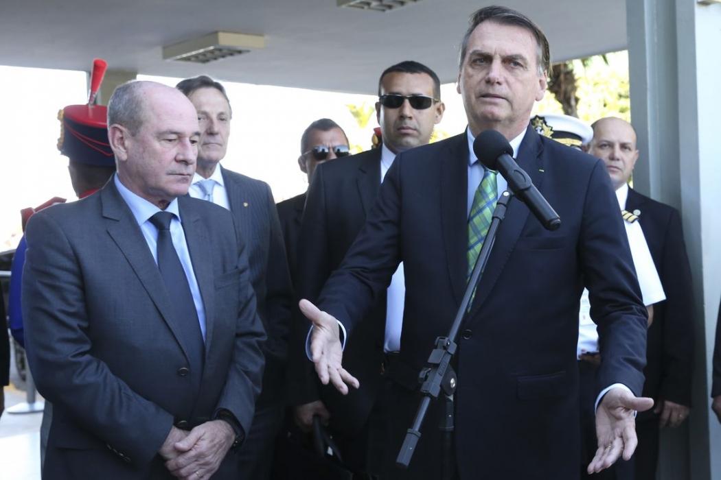 O presidente da República, Jair Bolsonaro, fala à imprensa após  almoço no Ministério da Defesa. Ao lado o ministro da Defesa, Fernando Azevedo e Silva. Crédito: Antonio Cruz/Agência Brasil