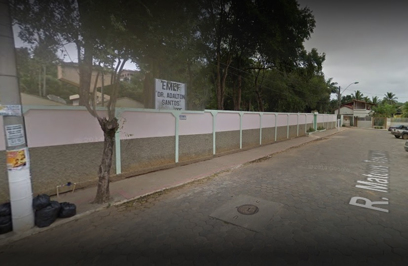 Fachada da Escola de Ensino Fundamental Doutor Adalton Santos, no bairro Filomena, em Nova Venécia. Crédito: Google Maps