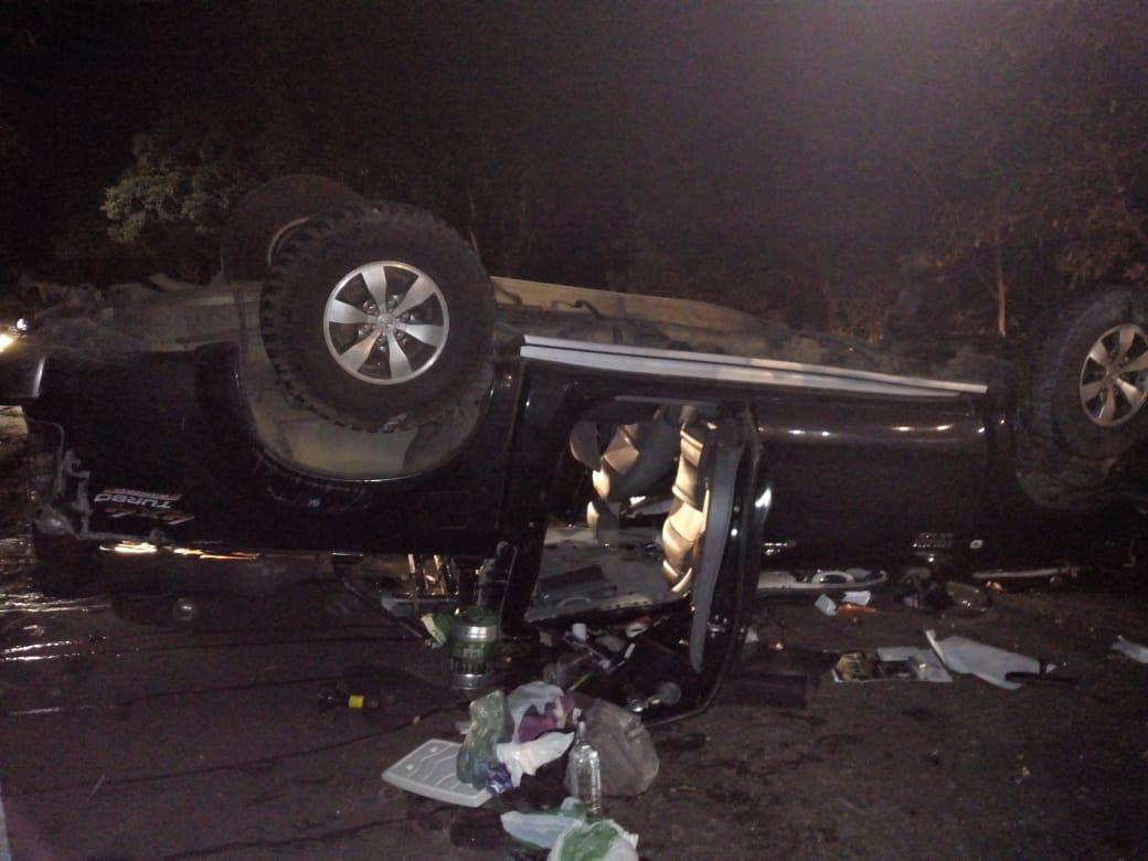 Caminhonete capotou na ES 257, em Aracruz, após sair da pista e colidir em árvore. Crédito: Internauta