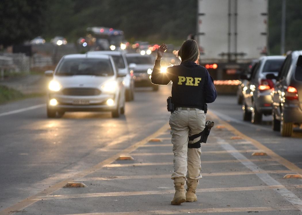 23/06/2019 - Policial Federal organiza o trânsito na BR 101, no trevo de Viana. Crédito: Fernando Madeira