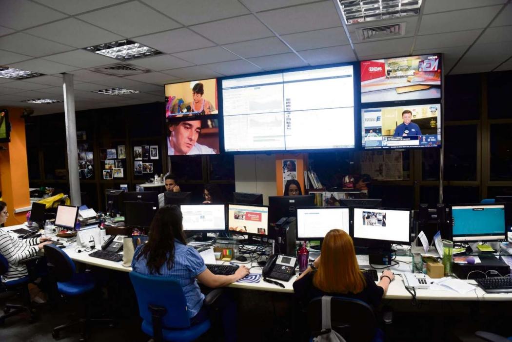Jornalistas trabalham na Redação Multimídia, que produz conteúdo para o site. Crédito: Vitor Jubini