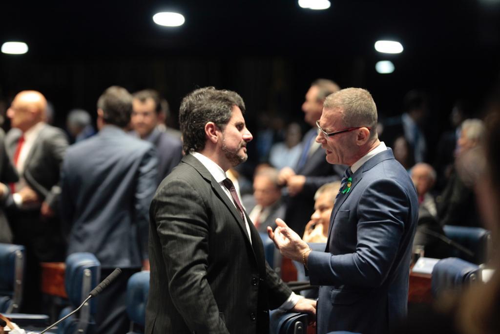 Os senadores Marcos do Val (Podemos) e Fabiano Contarato (Rede), em votação no plenário do Senado. Crédito: Assessoria/Marcos do Val