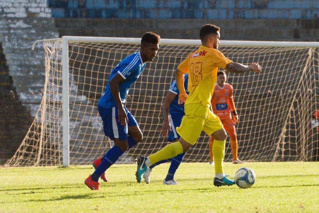 O lateral Cássio, do Vitória, em ação contra o Brasiliense. Crédito: Hugo Barreto/Metrópoles