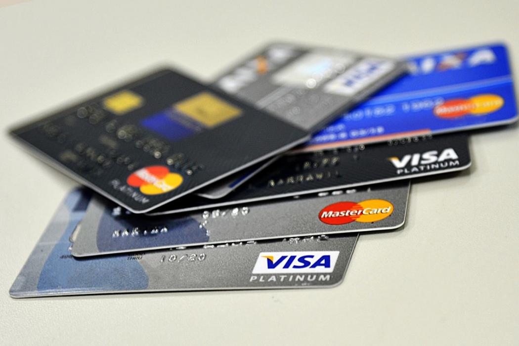 Enquanto a taxa de juros do rotativo chegou a 299,8% ao ano, o parcelamento das dívidas do cartão de crédito pôde ser feito com juros de 174,1% ao ano em maio. Crédito: Marcello Casal Jr/Agência Brasil