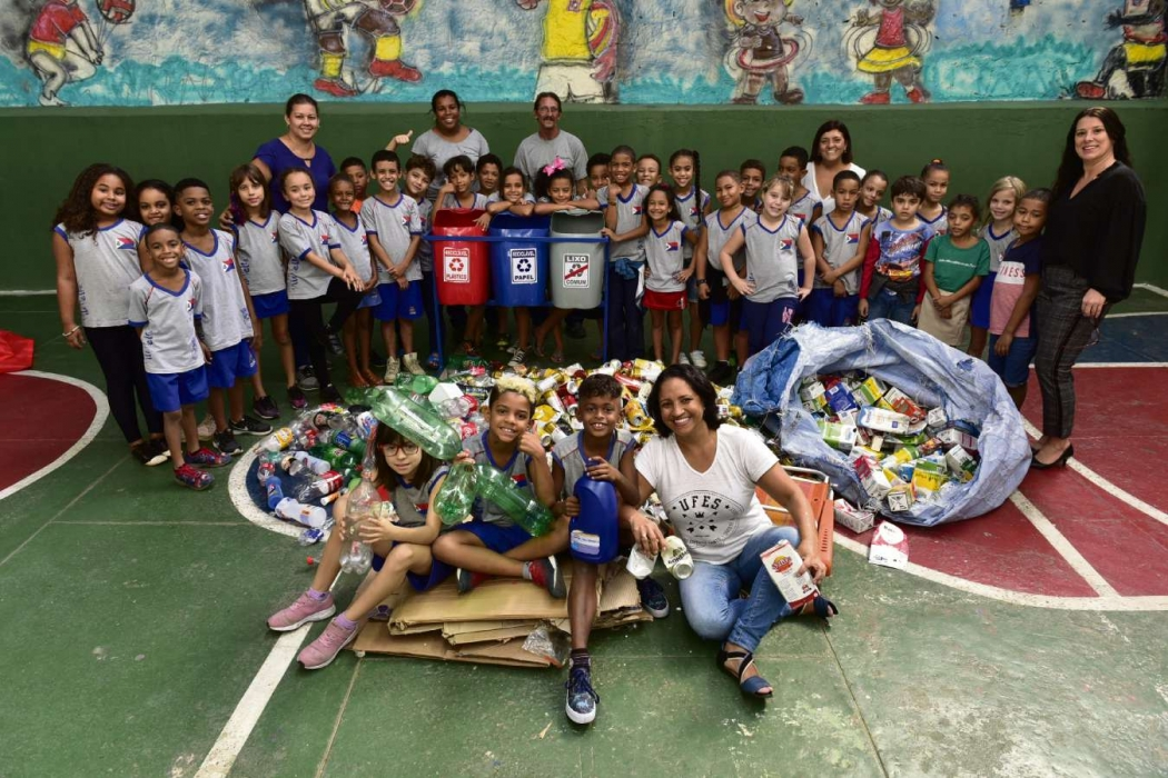 Alunos, professores e moradores do entorno da Umef Coronel Joaquim de Freitas, em Jaburuna, bairro de Vila Velha, participaram de projeto de universitárias da Ufes e recolheram uma tonelada de lixo para reciclagem. Crédito: Marcelo Prest