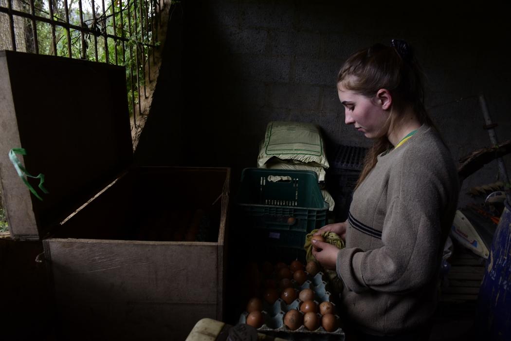 Márcia Schultz Tesch, de 21 anos, limpando ovos caipiras. Fotografia vai ser exposta na Colômbia. Crédito: Ricardo Medeiros