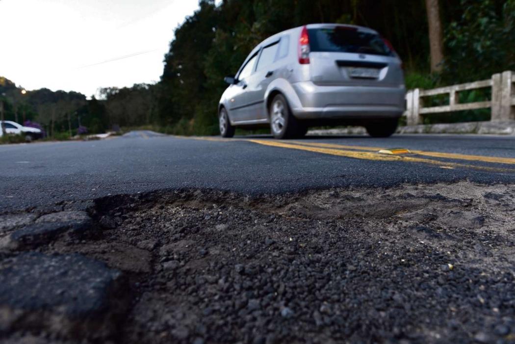 A rodovia possui vários trechos com asfalto desgastado. Crédito: Fernando Madeira