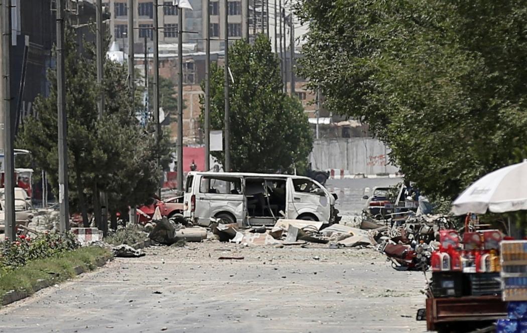 Veículos danificados próximos ao local da explosão desta segunda-feira (1º) em Cabul, Afeganistão. Crédito: Mohammad Ismail/Reuters
