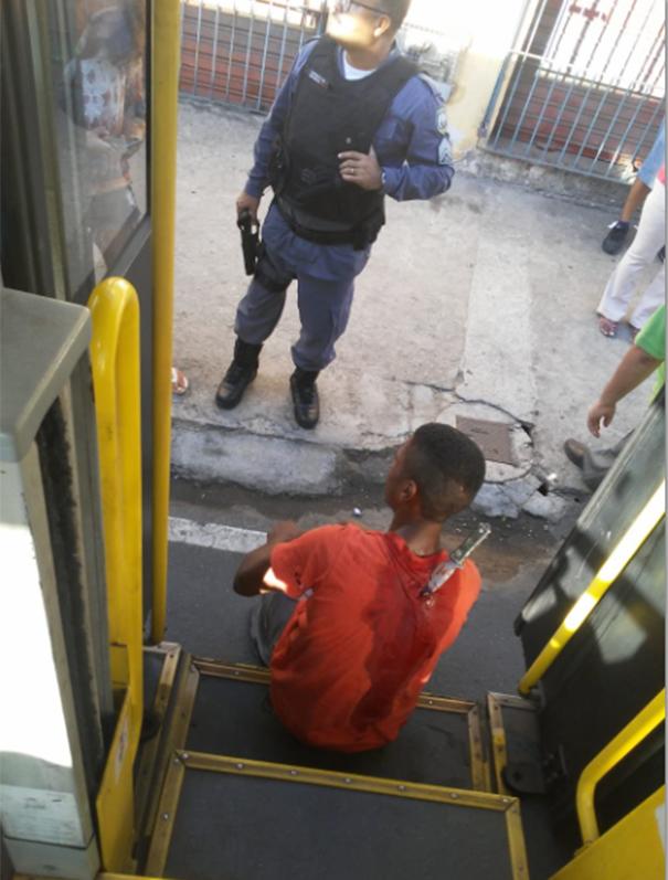 Suspeito ficou com faca cravada nas costas. Crédito: Internauta/Gazeta Online