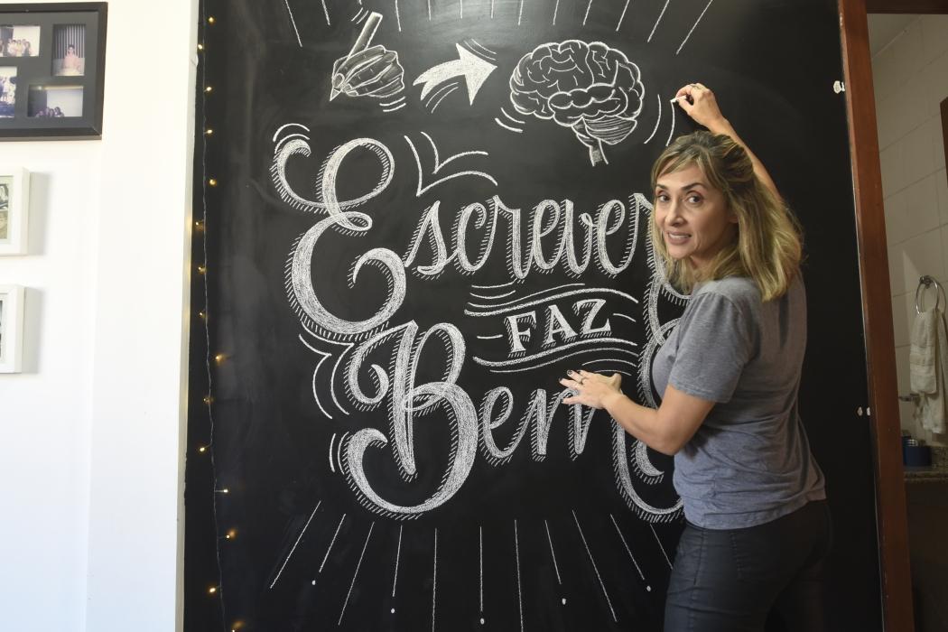 A artista Simone Saiter trabalha com lettering e caligrafia. Crédito: Vitor Jubini