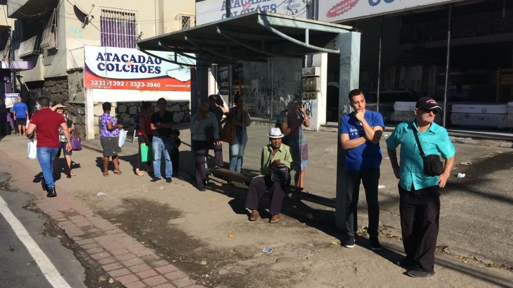 Passageiros aguardam ônibus que seguem atrasados devido à manifestação. Crédito: Eduardo Dias