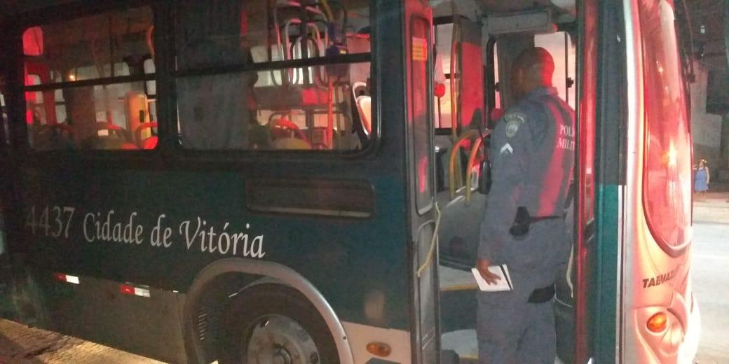 Bandidos colocam fogo em ônibus de Vitória. Crédito: Internautas