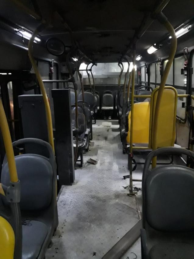 Bandidos colocam fogo em ônibus de Vitória . Crédito: Internautas