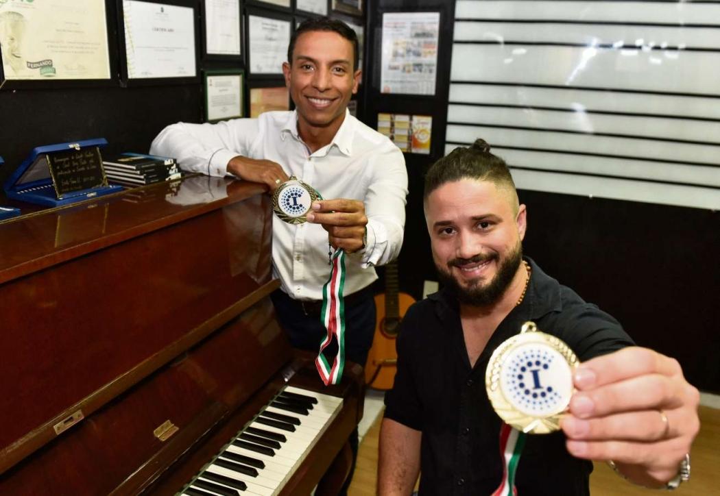 Rafael e Max exibem as medalhas adquiridas na Itália. Crédito: Fernando Madeira