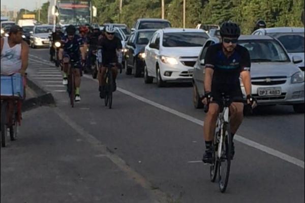Ciclistas na Rodovia do Sol. Crédito: Eduardo Dias