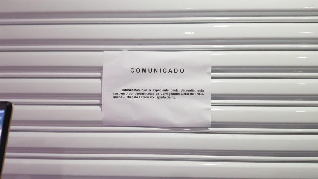 Cartaz na porta do cartório de registro de imóveis que fica na Avenida Luciano das Neves, em Vila Velha. Crédito: Foto leitor