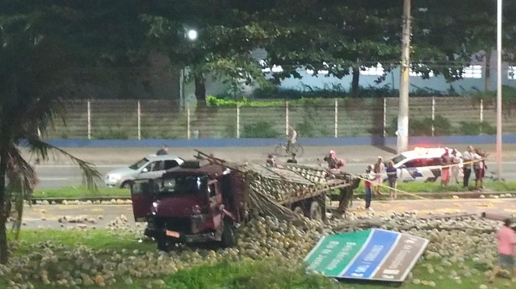 Acidente entre carro e caminhão carregado de abóboras deixou três mortos e quatro feridos na Serra. Crédito: Internauta