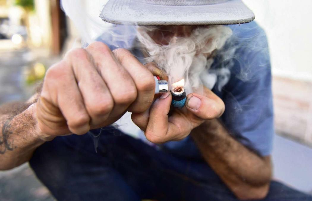 Homem fuma cachimbo de crack na Rua Oscar Paulo da Silva, na Praia do Suá . Crédito: Marcelo Prest