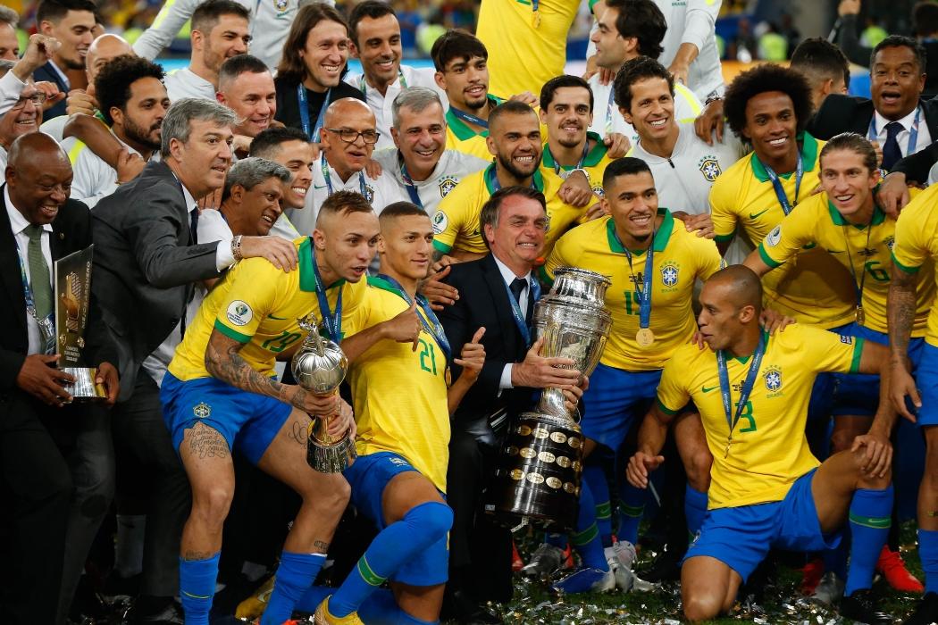 O presidente Jair Bolsonaro posa para foto após a seleção brasileira ser campeã da Copa América 2019. Crédito: Marcelo Machado de Melo