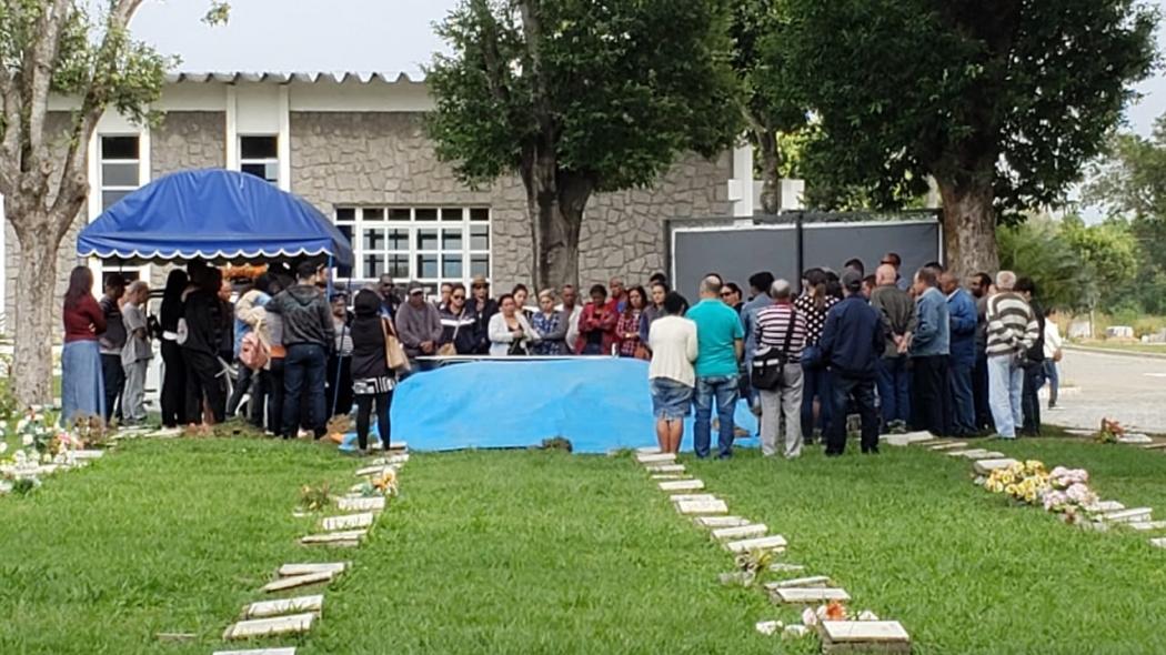 Enterro de Alexandre Ferreira, de 22 anos, no cemitério Jardim da Paz. Crédito: Bernardo Coutinho