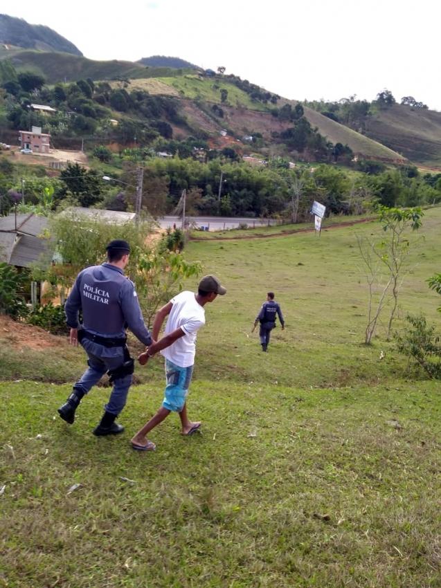 Homem é detido com faca e pedaço de madeira ameaçando a ex-esposa. Crédito: Divulgação Polícia Militar