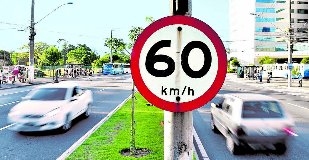 Carros  em alta velocidade na Avenida Fernando Ferrari, em Vitória: tipo de infração está no topo do ranking de multas no Estado. Crédito: Fernando Madeira