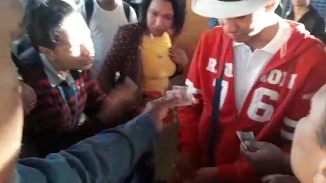 Passageiros deram dinheiro para o vendedor de empadinha. Crédito: Internauta