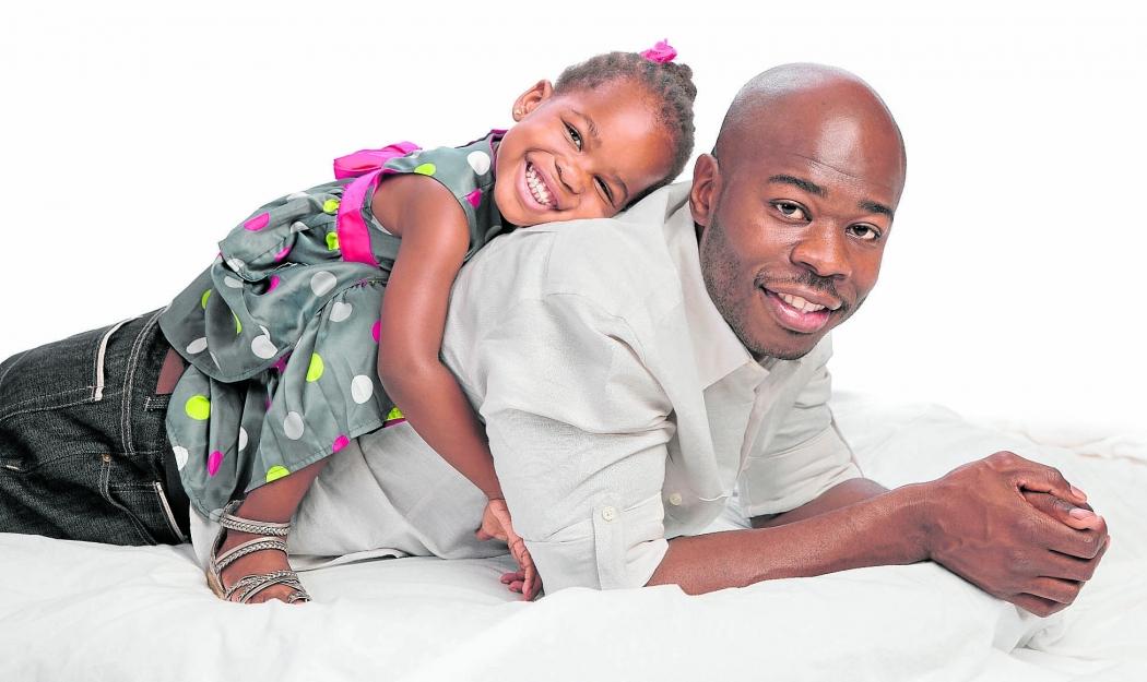Pai com filha: impacto da idade paterna na gravidez e na saúde do bebê começa a ser pesquisado. Crédito: Shutterstock