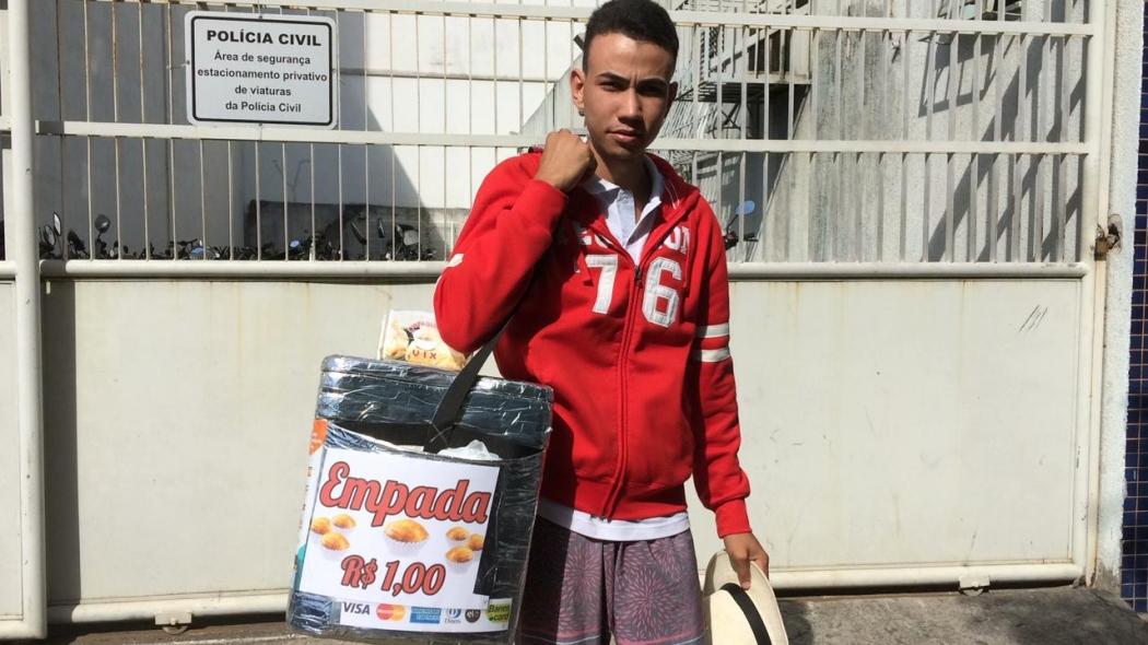 Um vendedor de empadas teve a mercadoria jogada no chão do Terminal de Carapina, na Serra, na manhã desta terça-feira (9). Crédito: Eduardo Dias