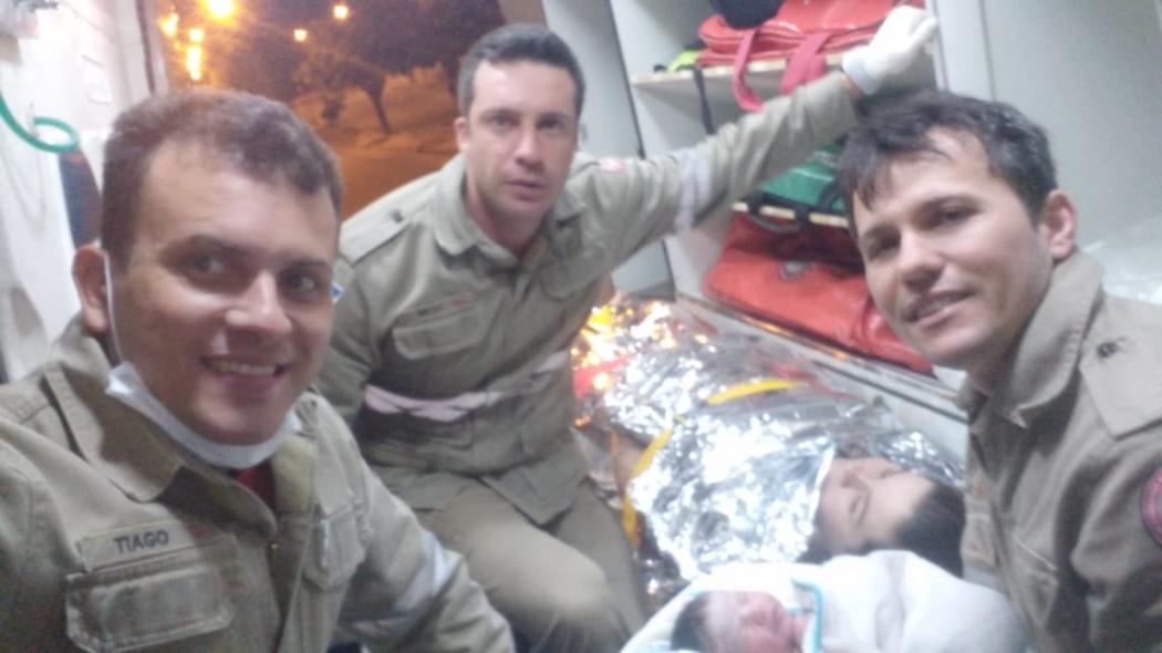 Sargento Tiago e os soldados Lopes e Neto, juntos da mãe Jéssica e do recém-nascido Beijamin, dentro da viatura dos bombeiros. Crédito: Divulgação | Bombeiros