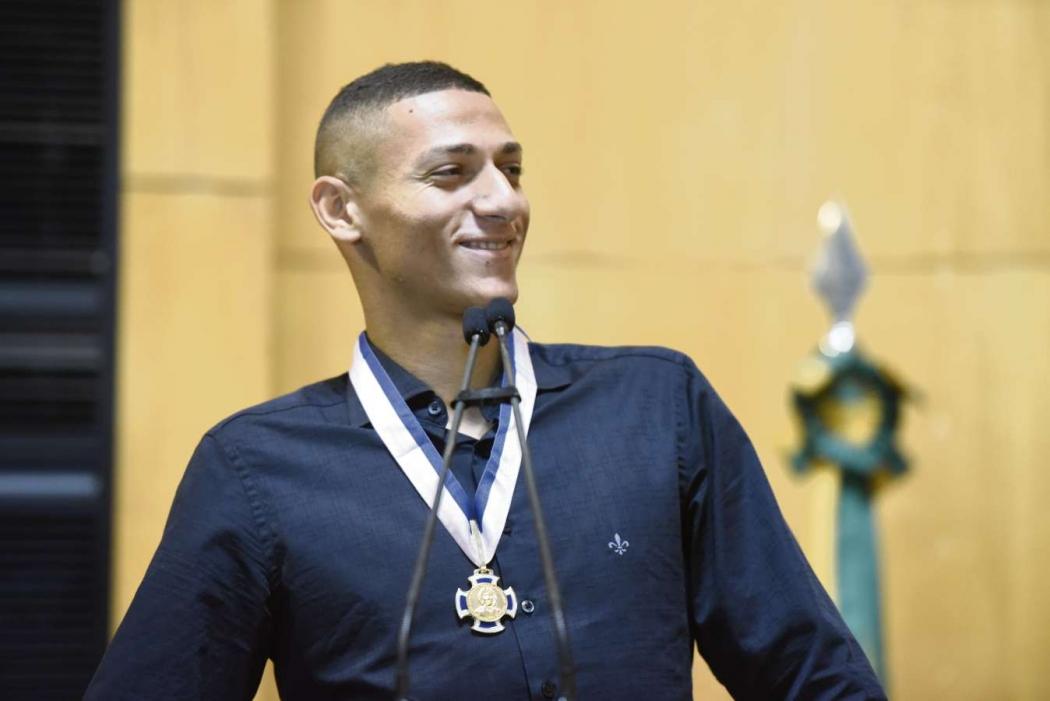O atacante Richarlison, da Seleção Brasileira, foi homenageado na Assembleia Legislativa. Crédito: Carlos Alberto Silva
