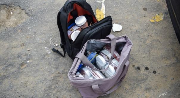 Potes do produto apreendidos com homem detido por furto em Vitória