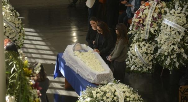 Familiares e amigos se despedem do jornalista Paulo Henrique Amorim, corpo é velado na Associação Brasileira de Imprensa (ABI), no centro do Rio.