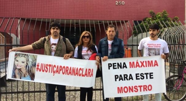 Pais e irmãos de Ana Clara Cabral manifestam durante julgamento do ex-militar Itamar Júnior