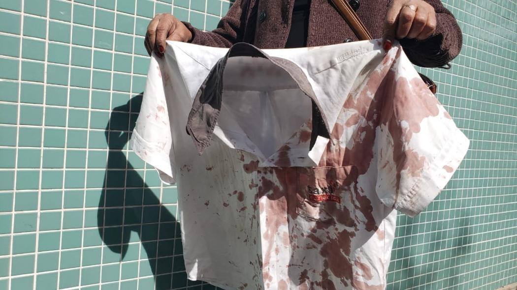 Camisa de taxista ficou cheia de sangue. Crédito: Bernardo Coutinho