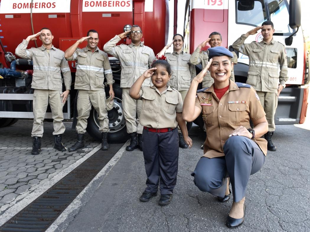Helena andou no caminhão dos Bombeiros, colocou uniforme e capatece da corporação e posou batendo continência ao lado de equipe de militares. Crédito: Fernando Madeira