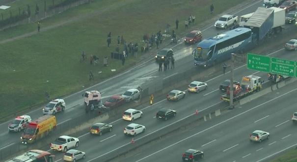 Um ônibus e dois caminhões se envolvem em um acidente na rodovia Dutra, em Guarulhos