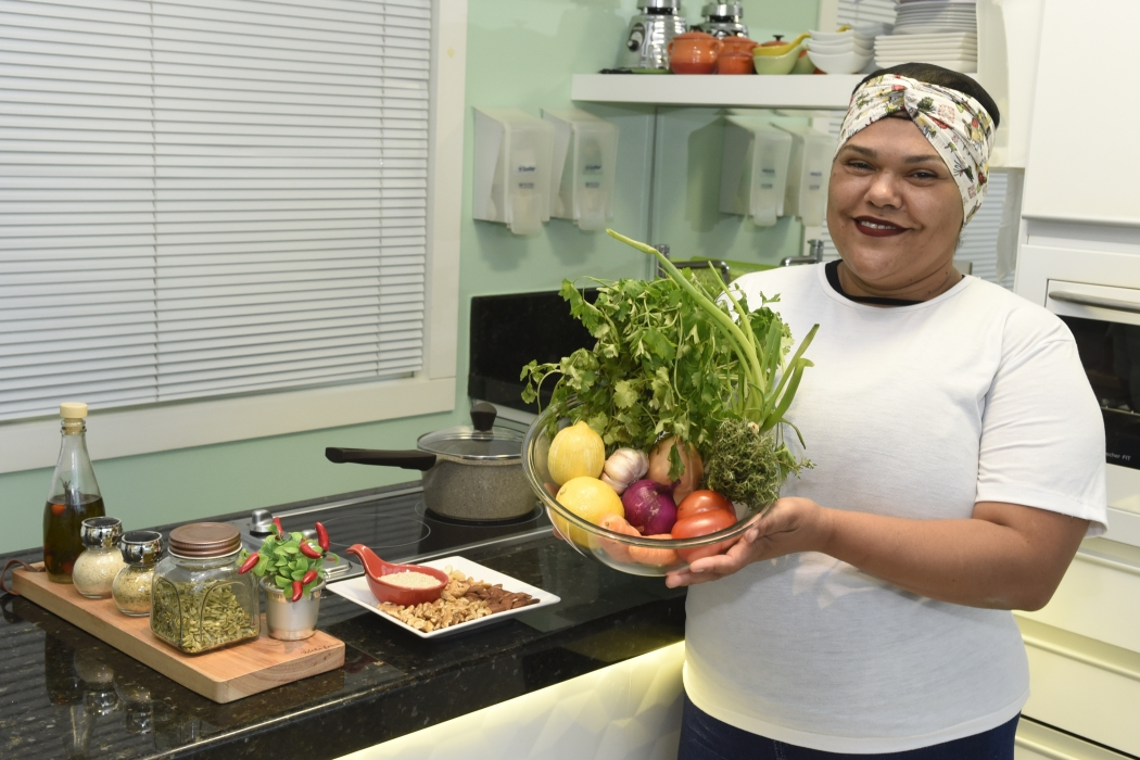A cozinheira Sandra Martins fez um curso que mostra como descomplicar a culinária e aproveitar melhor os ingredientes. Crédito: Carlos Alberto Silva