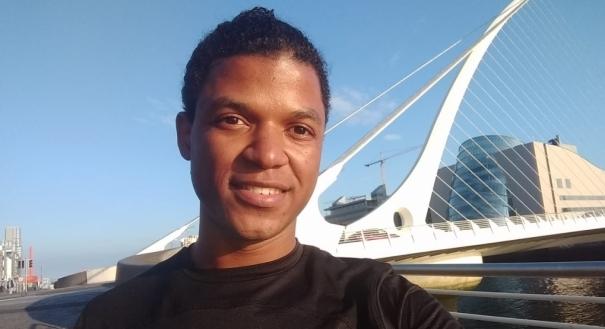 Maicon Silva, de 24 anos, trabalhou como faxineiro, juntou dinheiro e foi fazer intercâmbio na Irlanda. Crédito: Acervo pessoal