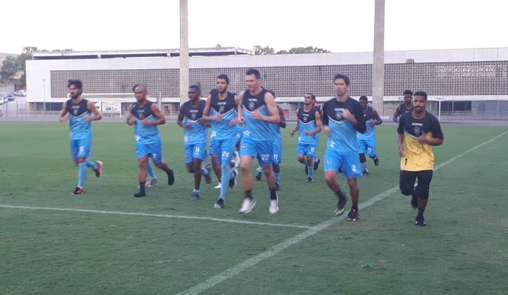 Os jogadores do Rio Branco deram voltas no campo do Kleber Andrade. Crédito: Richard Pinheiro/GloboEsporte.com