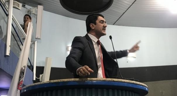 Pastor Romerito defendeu a revogação da lei e disse não cabe ao município legislar sobre a aplicação de punições administrativas por atos discriminatórios. Crédito: Iara Diniz