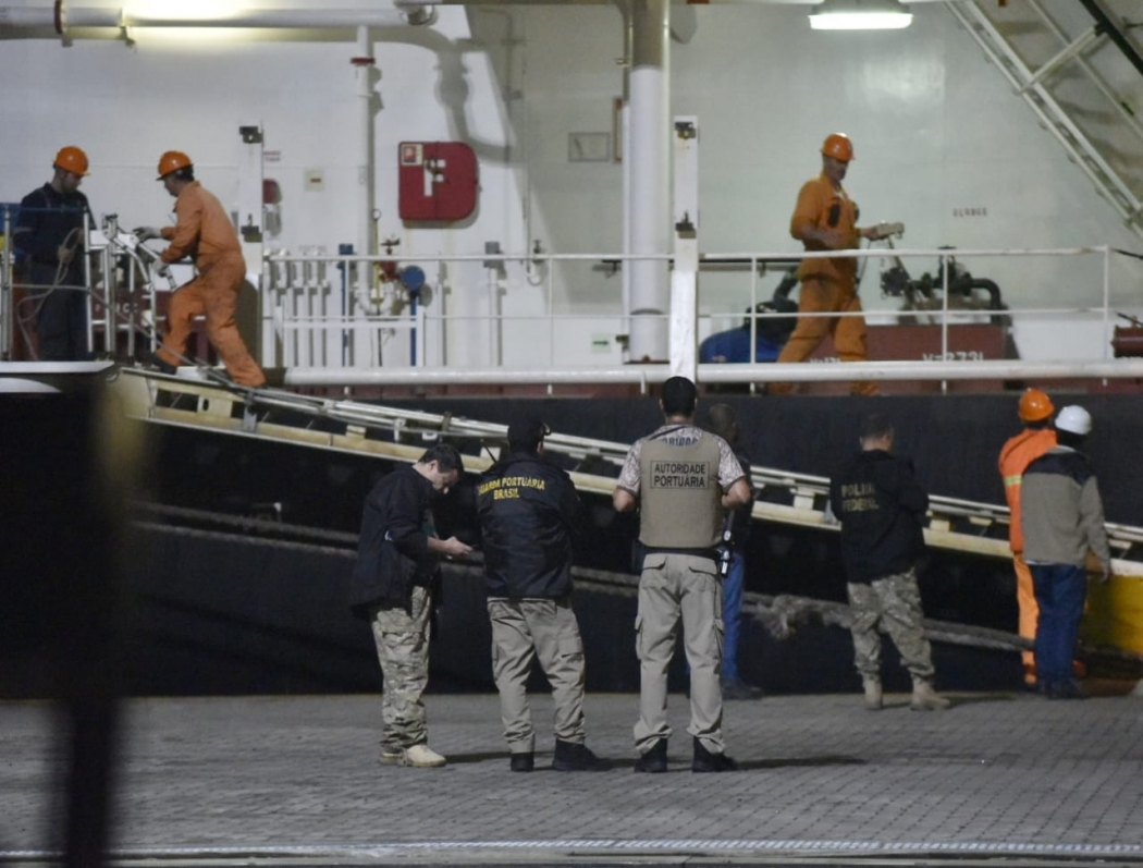 Navio onde dois morreram ficará atracado por três dias no ES. Crédito: José Carlos Schaeffer | CBN Vitória