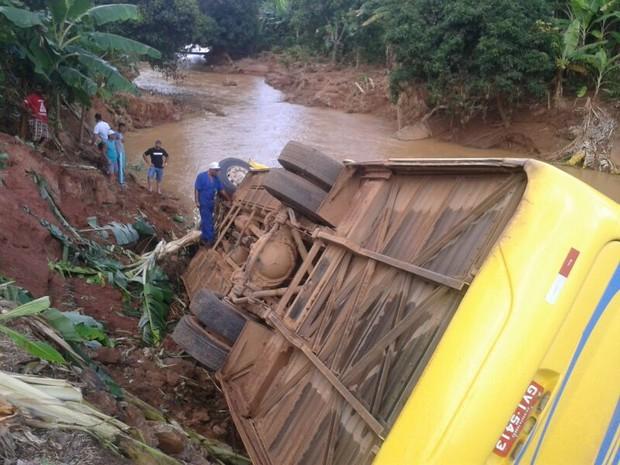 Ônibus com aproximadamente 30 pessoas dentro se acidentou em janeiro de 2014, em Santa Teresa. Crédito: Douglas Pugnal