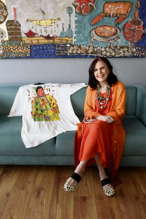 """Yula escolheu uma camiseta feita por ela mesma  há 30 anos. """"Esta peça fez muito sucesso na época"""", garante. Crédito: Carlos Alberto Silva"""